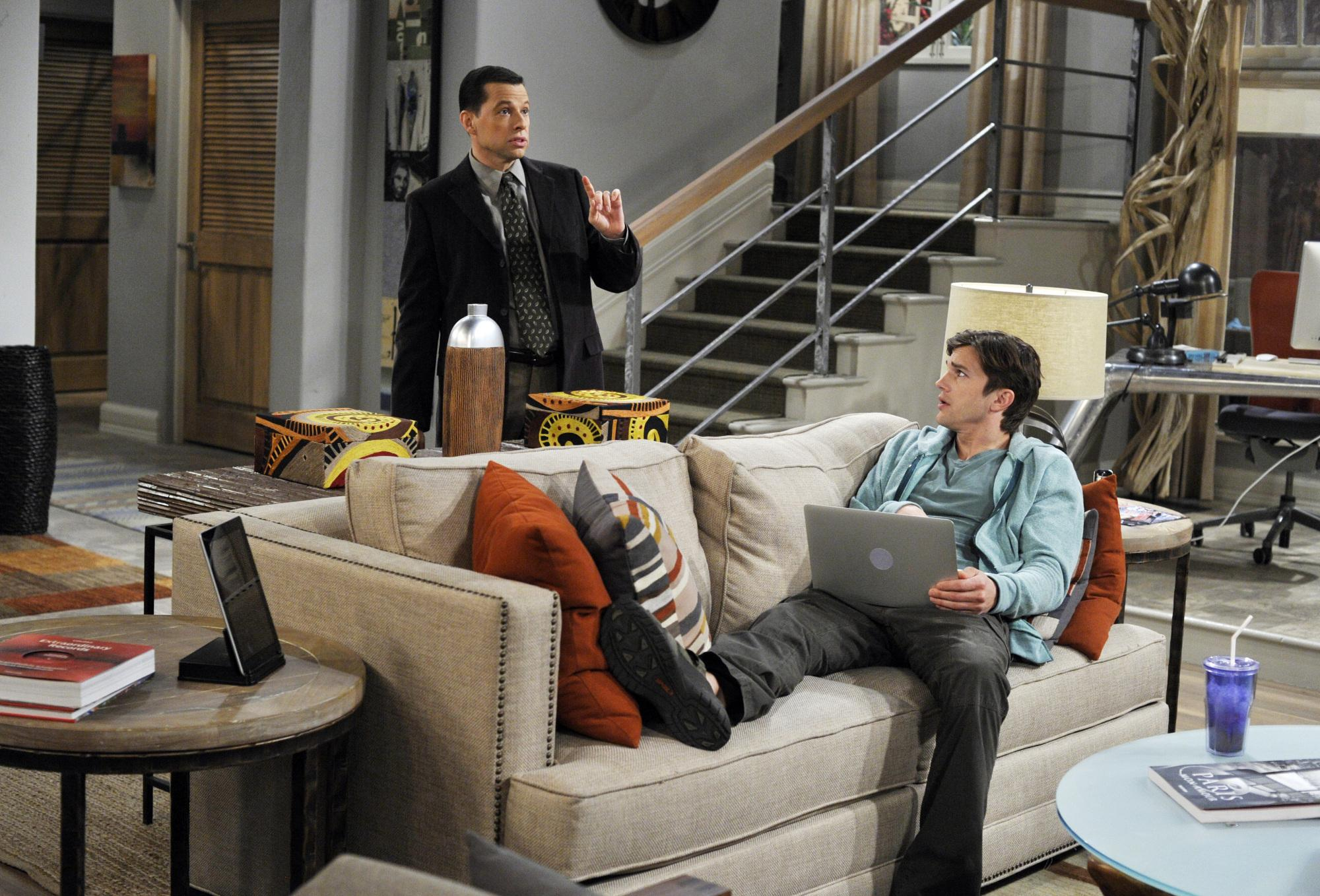 picture-of-jon-cryer-and-ashton-kutcher-in-two-and-a-half-men-large-picture